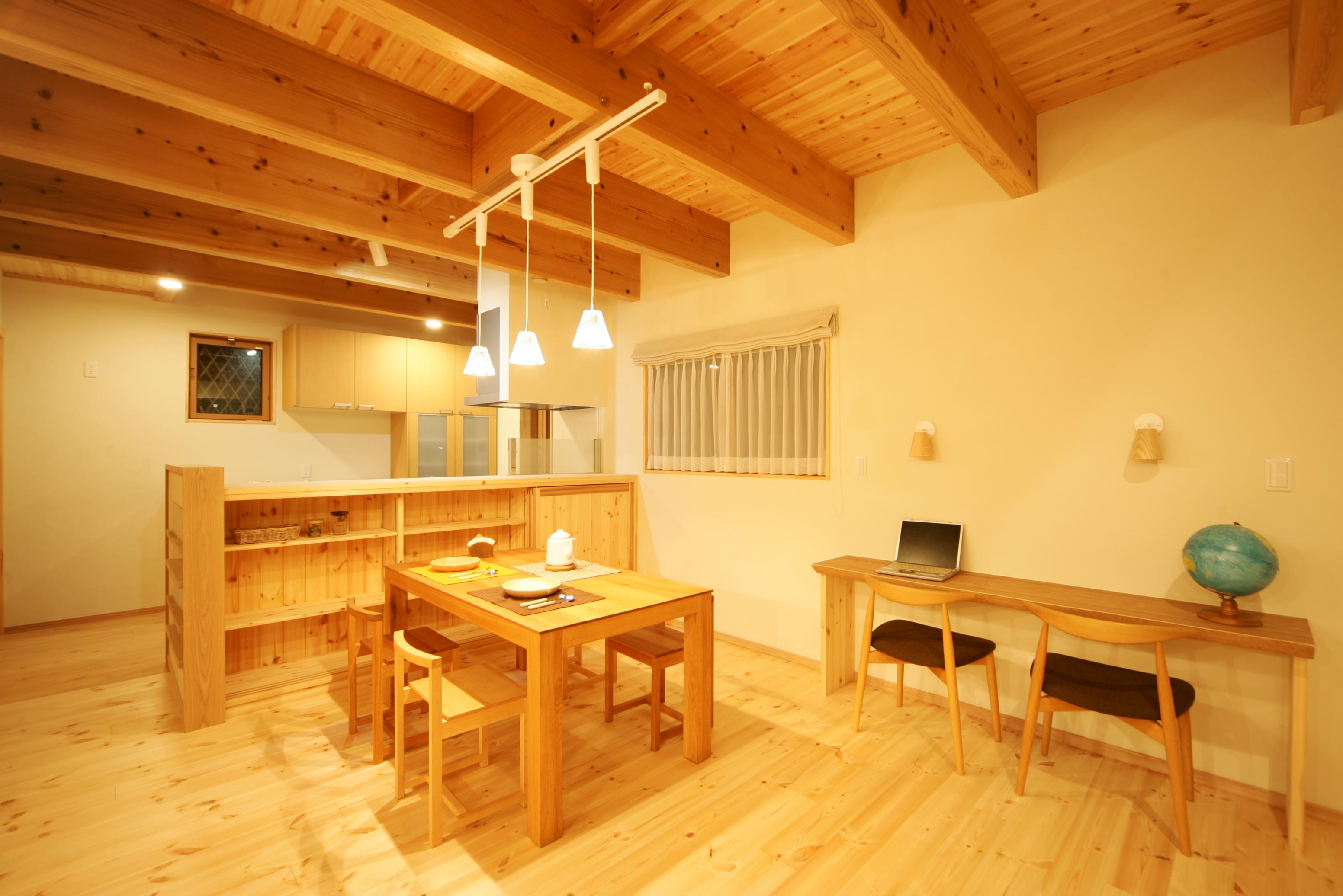 住まいるコーポレーション【子育て、収納力、自然素材】ガラスのペンダント照明をアクセントに生かし、カフェスタイルのおしゃれな空間を演出。 パイン材の床やスギ材の天井、木のぬくもりに包まれたナチュラルな空間で、家族の会話も弾みそう!