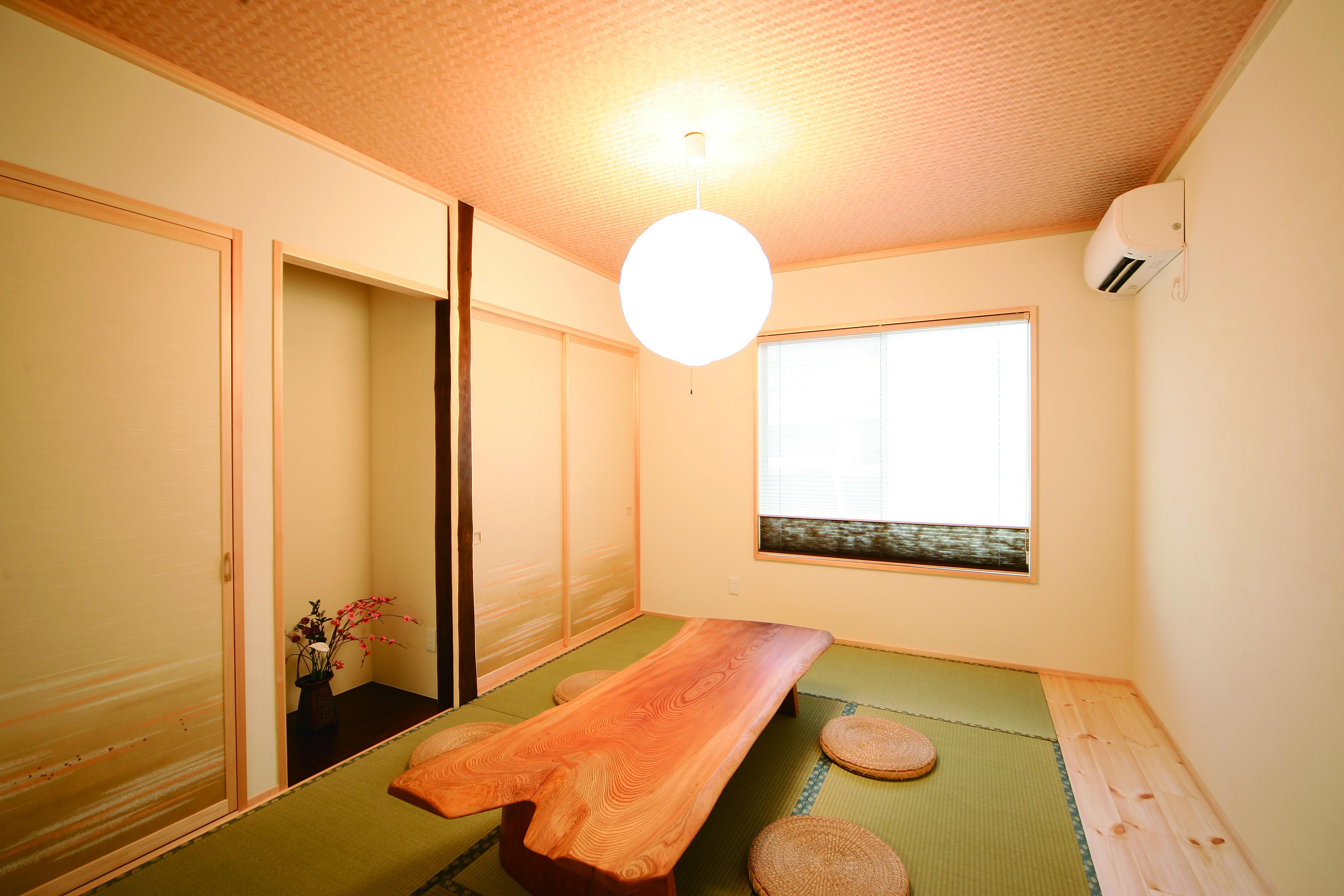 住まいるコーポレーション【二世帯住宅、自然素材、平屋】リビングの続き間の和室。床柱には家族の長寿を願って、縁起の良いエンジュ(延寿)の木を使用