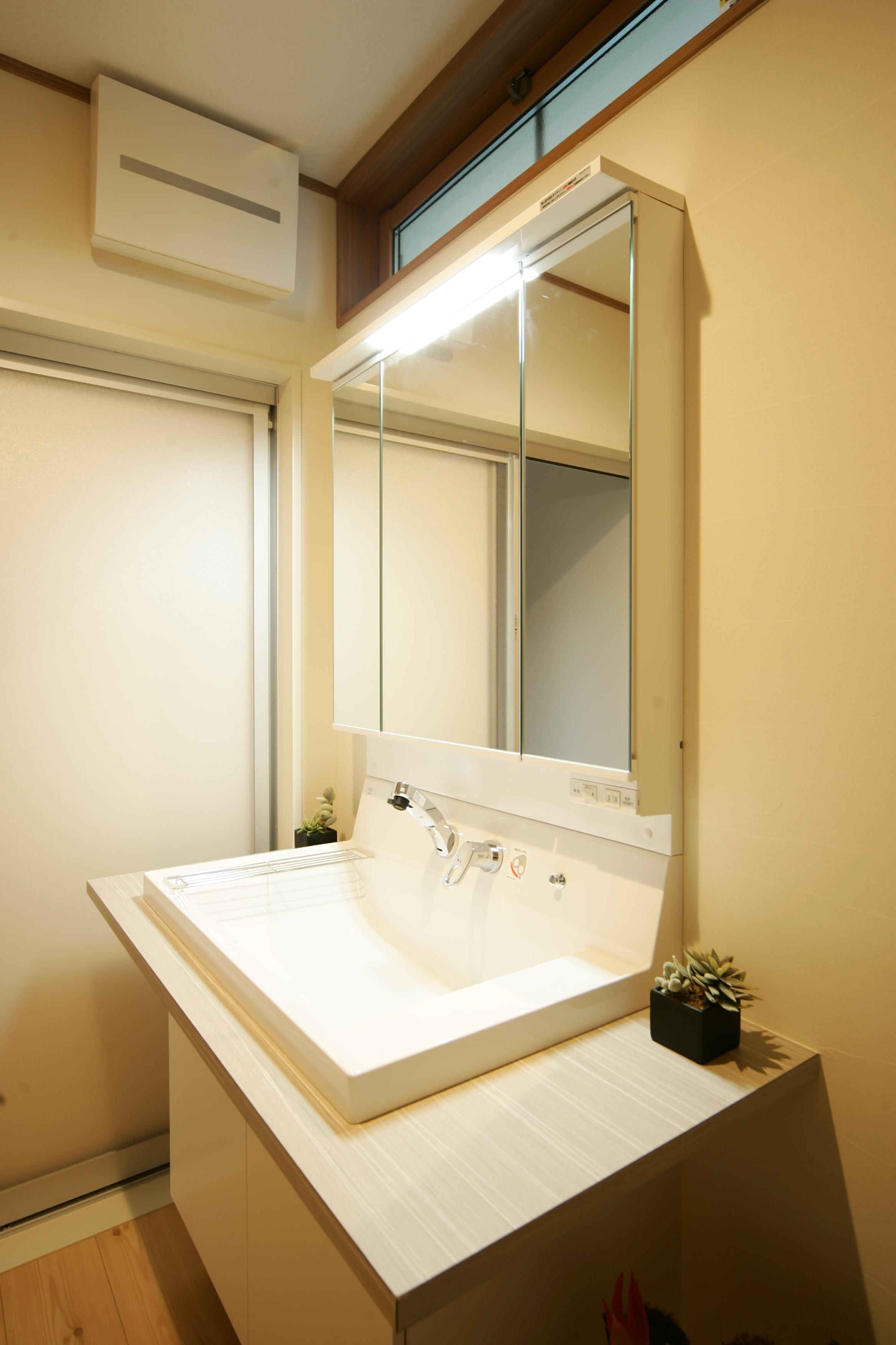 住まいるコーポレーション【二世帯住宅、自然素材、平屋】大型のシンク付きのオリジナル洗面化粧台。シンプルなデザインが夫妻のお気に入り