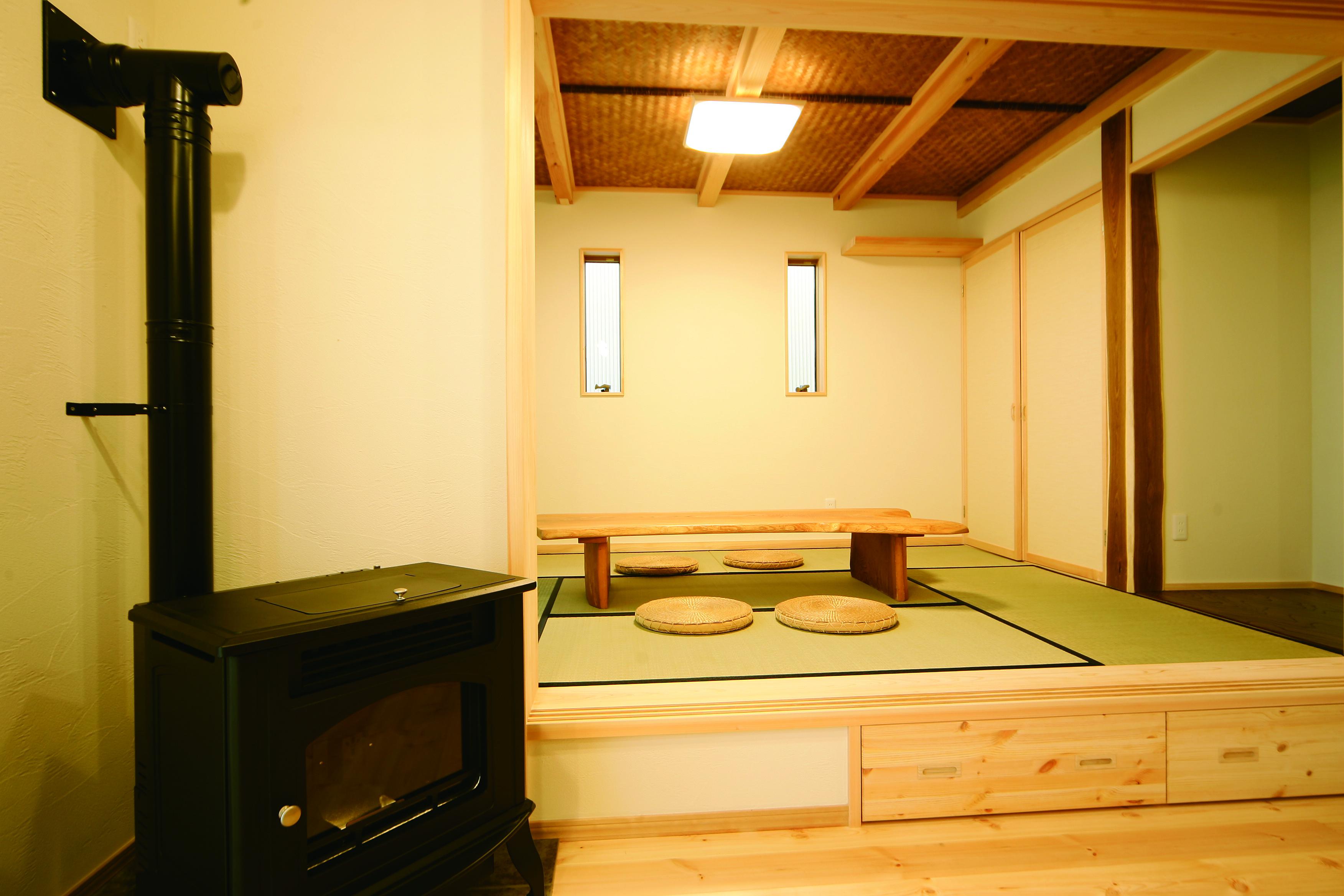 住まいるコーポレーション【和風、自然素材、省エネ】リビングにはペレットストーブを設置し、冬は家中がぽかぽかの暖かさ。和室は数寄屋天井と珪藻土の壁、床柱に縁起の良い延寿(エンジュ)を使用。本格的な和の空間が癒しを与えてくれる