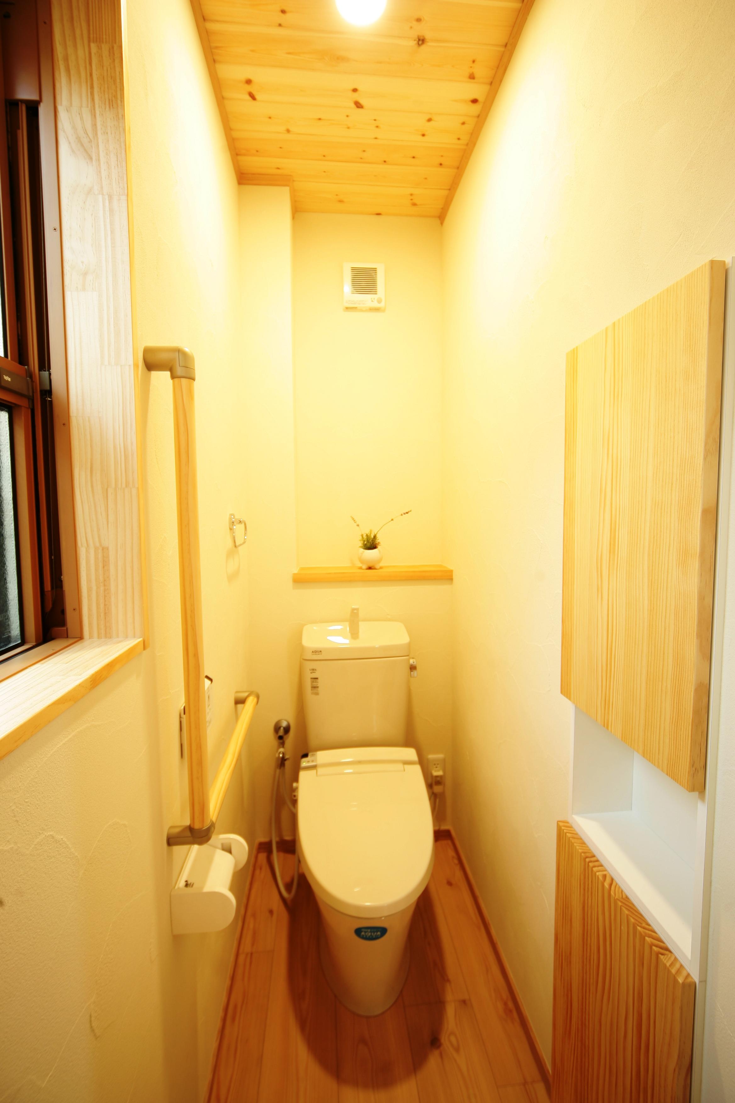 住まいるコーポレーション【和風、自然素材、省エネ】トイレももちろんオール無垢・オール珪藻土。多孔質の珪藻土がアンモニア臭を吸着・分解してくれるので、ニオイも気にならない