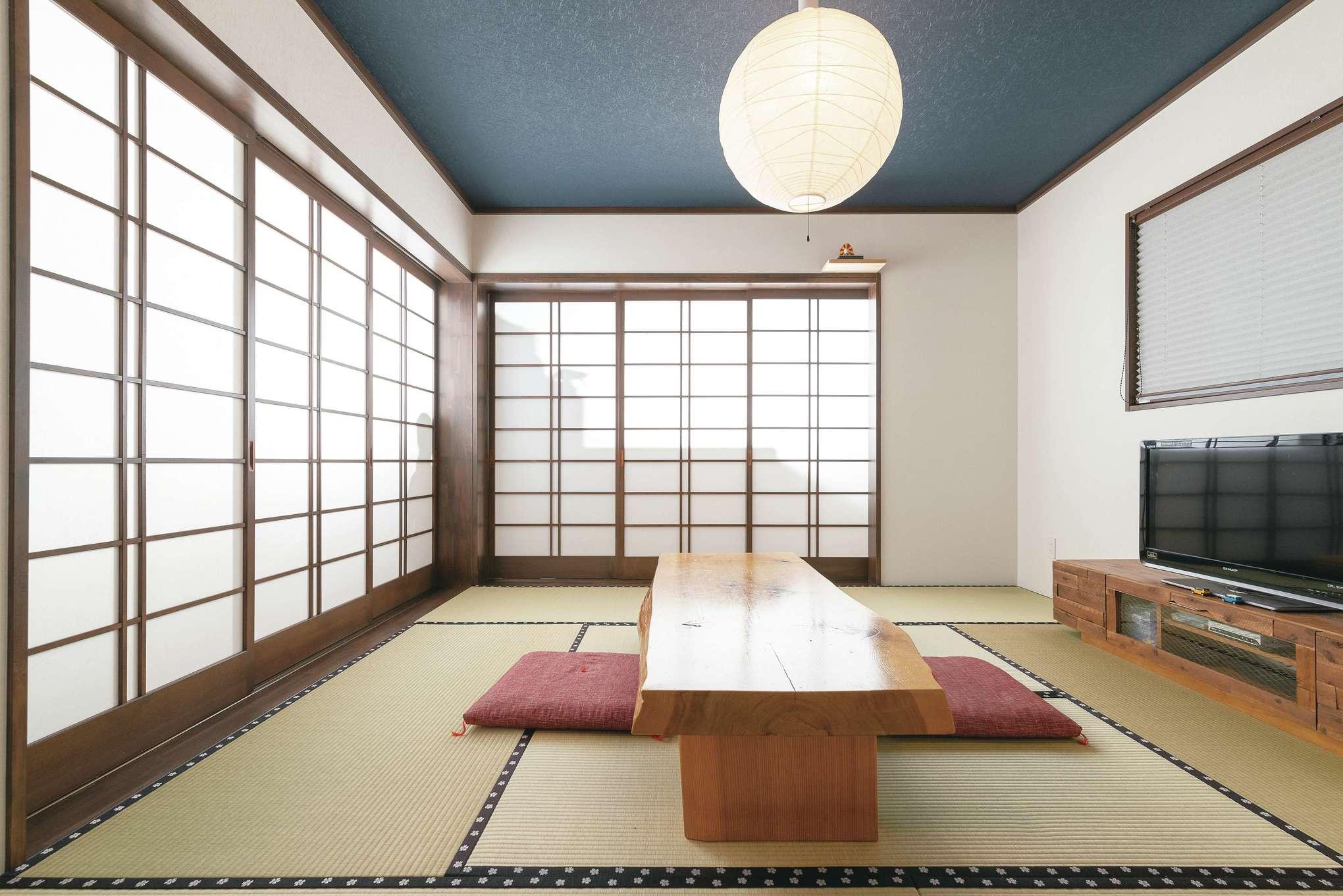 和室は高級旅館のような仕上がり。建具は職人さんの手によるもの。畳縁は奥さまの好きな桜模様に