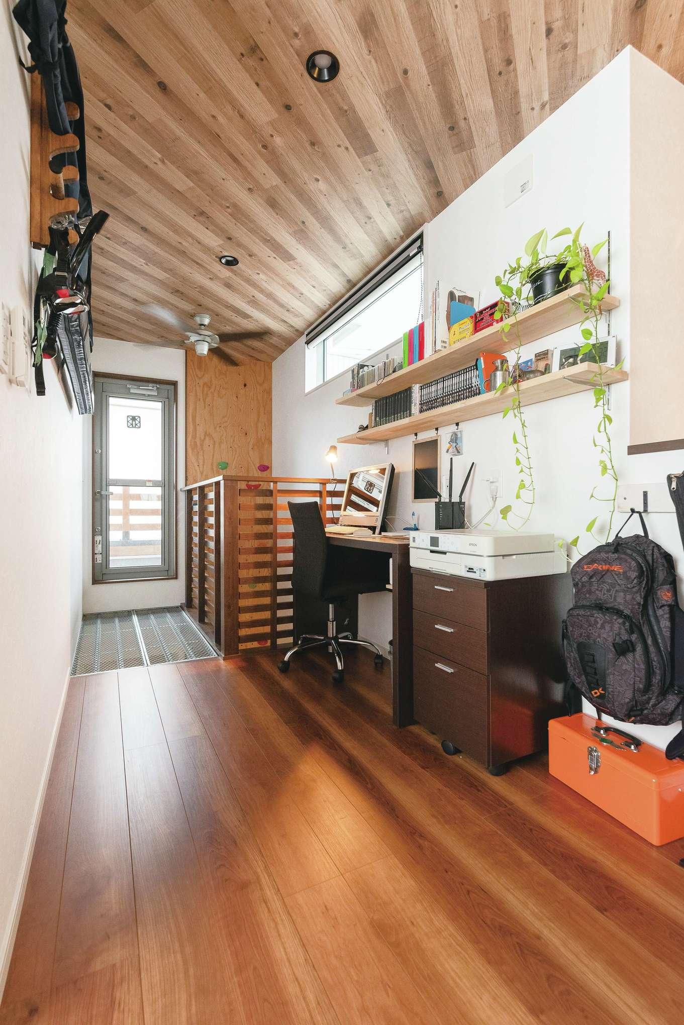 吊り竿掛けを用意したご主人の趣味スペース。奥の床には建築現場用の足場板を採用