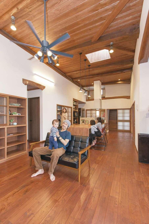 Ayami建築工房|通常2,400mmを3,600mmまで高くした解放感あふれるリビング。トップライトを2か所設けたことで日照不足のストレスを解消した。無垢材と珪藻土を惜しみなく使った自然素材の空間に、きれいな空気と穏やかな時間がゆっくりと流れている