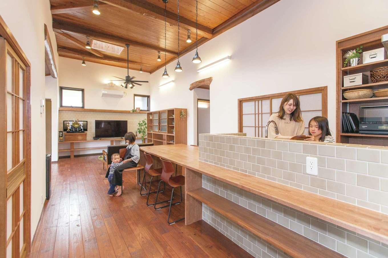 Ayami建築工房|ロフトから見下ろしたLDK。旧家の太い梁を再利用し、全体的に古民家風に仕上げた。今は納戸として使っているこのロフトは、将来的に長男の個室になる予定
