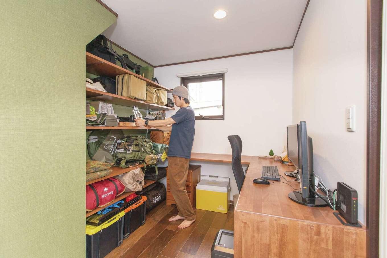 Ayami建築工房|古民家風のカフェをイメージしたLDK。アンティーク調の家具や照明、マット系のタイルがニュアンスを与える。奥さまの夢だった、ダイニングテーブル一体型のアイランドキッチンが実現。子どもたちも積極的にお手伝いをしてくれるようになったそう