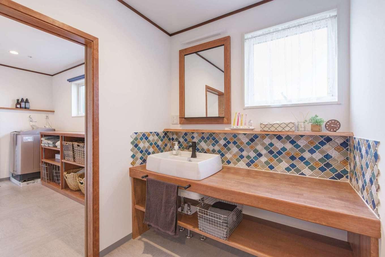 Ayami建築工房|レトロモダンなモザイクタイル。絶妙な色合いが美しい