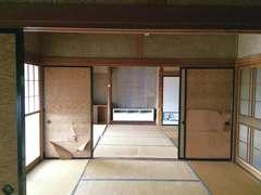 昔ながらの田の字型の間取りで、三間続きの和室が中心。暗くて寒いのが難点で、室内でもダウンジャケットが欠かせなかった