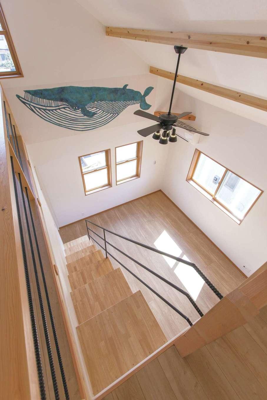 Ayami建築工房【二世帯住宅、間取り、輸入住宅】勾配天井によって実現した開放的な2階リビング。アクセントに大好きなクジラのクロスを希望。雰囲気に合うものを探してもらった。