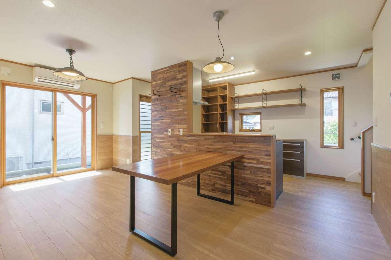 Ayami建築工房【二世帯住宅、間取り、輸入住宅】無垢を貼った壁が、空間の役割を穏やかに分割するLDK。周遊動線と造作の収納が、さらに家事効率を高め、奥様をサポート。テーブルも同社のオリジナル。