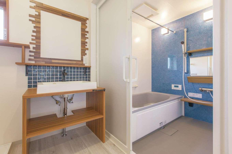 Ayami建築工房【二世帯住宅、間取り、輸入住宅】造作の洗面台が1日の始まりを明るい気分に。タイルと浴室には好きなブルーをチョイス