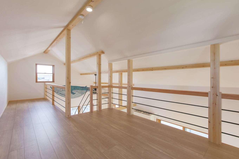 Ayami建築工房【二世帯住宅、間取り、輸入住宅】造作階段を上がった先には、広々としたロフトスペース。2階リビングのスッキリ感と開放感に貢献している