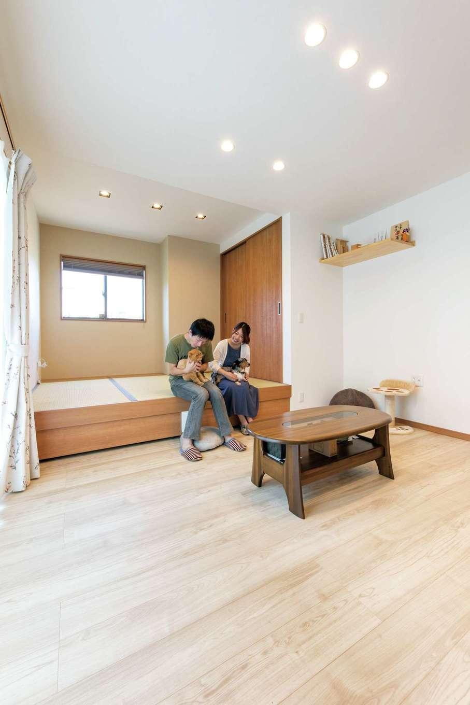 直建設【デザイン住宅、夫婦で暮らす、間取り】対面キッチンの正面にあるリビングは南に面し、明るく開放的。小上がりの畳コーナーは家族のくつろぎ空間。小上がりの床下の収納や押入れのほか、将来の暮らしを考えて室内の適所に収納をたっぷり確保した