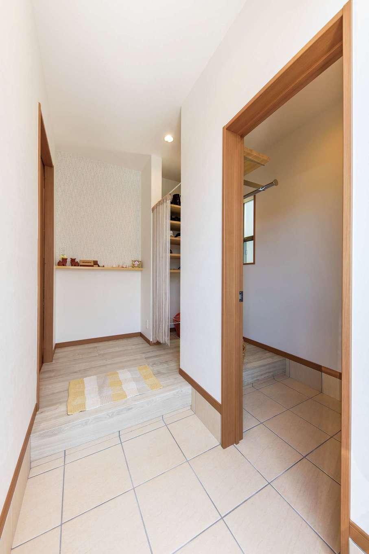 直建設【デザイン住宅、夫婦で暮らす、間取り】玄関は、シューズクロークと家族用の内玄関付き。正面の小花柄のクロスは奥さまのやさしい雰囲気にぴったり!