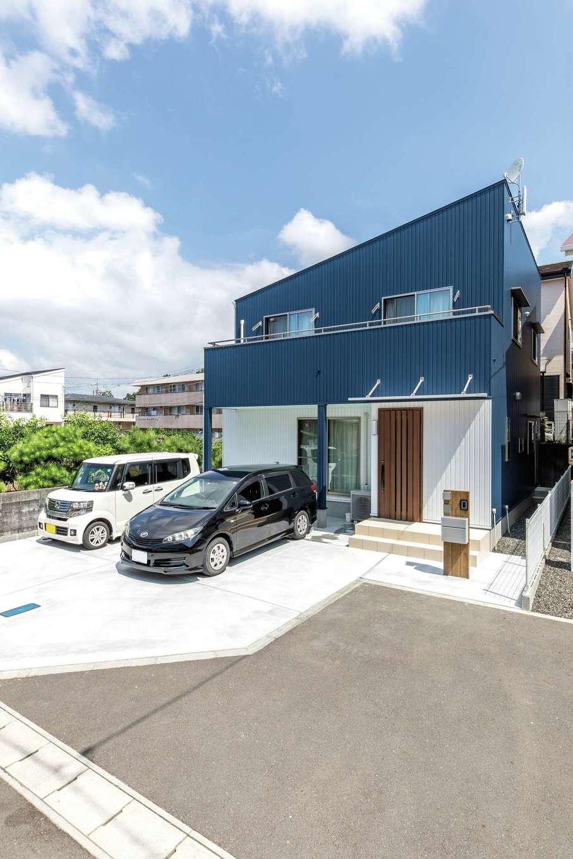 直建設【デザイン住宅、夫婦で暮らす、間取り】紺と白のコンビネーションが青空に映える外観。外壁はメンテナンス性を考慮してガルバリウム鋼板を選択