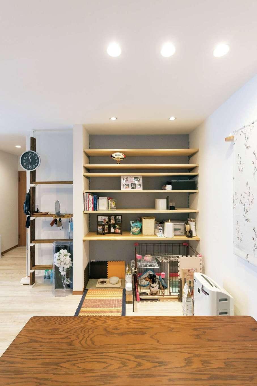 直建設【デザイン住宅、夫婦で暮らす、間取り】ダイニングの壁面にはペットの食事コーナーや愛犬のゲージ、収納棚を設け、ペット用品をまとめてすっきり収納
