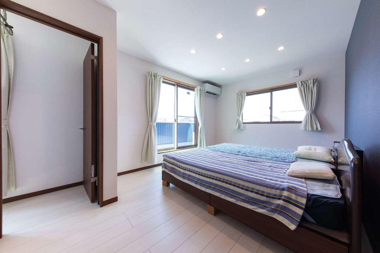 直建設【デザイン住宅、夫婦で暮らす、間取り】寝室はクローゼット付きで、南面のドアを開けるとサンルームがある。洗濯物が乾いたらサッとしまえて便利