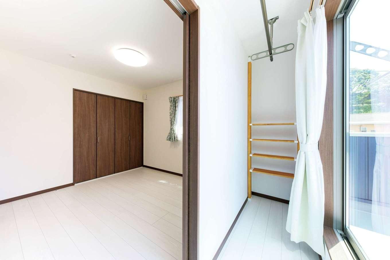 直建設【デザイン住宅、夫婦で暮らす、間取り】サンルームは子ども室からも出入りできる。日当たりが良いので、夜に干すと翌日にはしっかり乾く