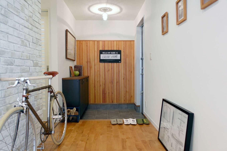 エムデカーサ/10taku+【デザイン住宅、趣味、平屋】シンプルでスタイリッシュな玄関ドアを開けると、目に入るオリジナル収納。スタイル別のアクセントウォールが印象的