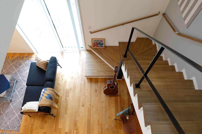 エムデカーサ/WOODBOX富士【デザイン住宅、趣味、平屋】リビングから繋がる階段の吹き抜けは開放感たっぷり。広さを感じさせてくれるだけでなく、陽の光を家全体へと届けてくれる効果も