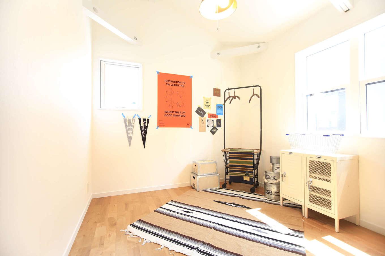 エムデカーサ/10taku+【デザイン住宅、趣味、平屋】3部屋の天井も屋根の勾配を活かし、高さを確保。無造作に見せる梁が、部屋の雰囲気をワンワンクUPさせている。各部屋には大容量のクローゼットを完備