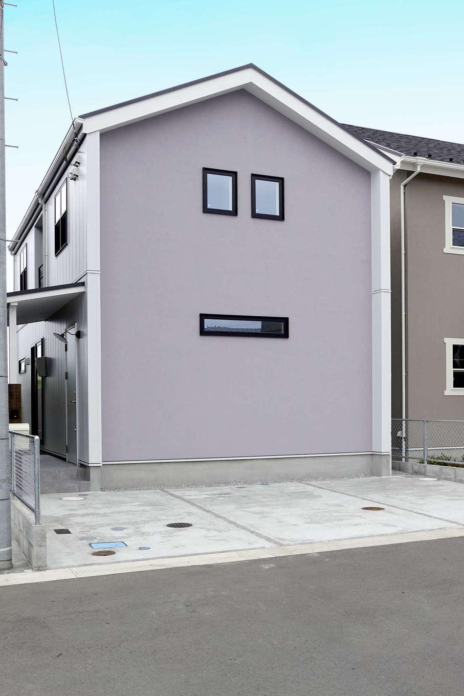 エムデカーサ/10taku+【デザイン住宅、趣味、平屋】アクセントウォールを一面に配することで、それぞれの素材感が際立たせた外観。スタイル別に個性が光る仕様となっており、金属サイディングか塗り壁かを選ぶことができる