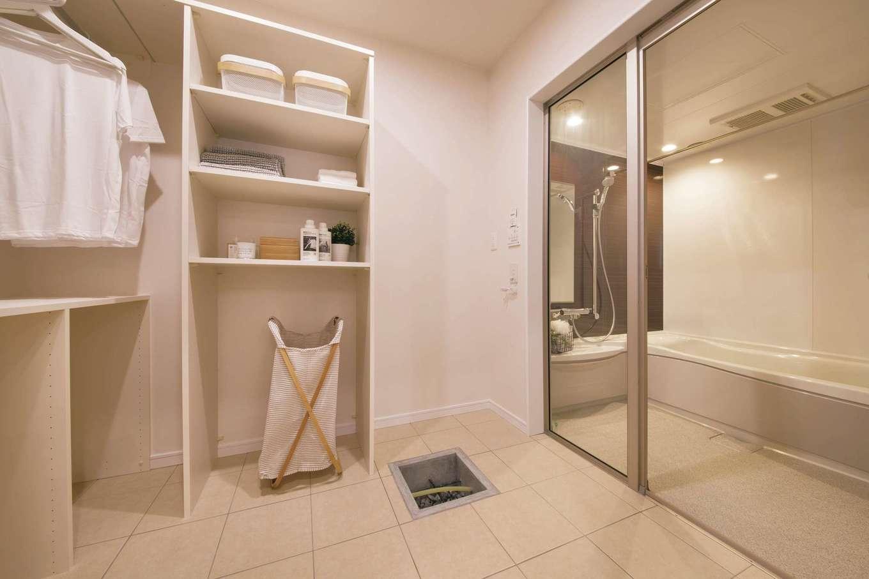 ユニバーサルホーム(浜松東店・掛川店)【浜松市南区青屋町400・モデルハウス】室内干しと収納棚を設けた家事ラクな洗面・脱衣スペース。ガラス張りの浴室もスタイリッシュ