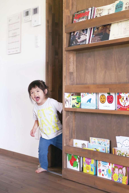 本棚が隠し扉になった収納がお気に入り
