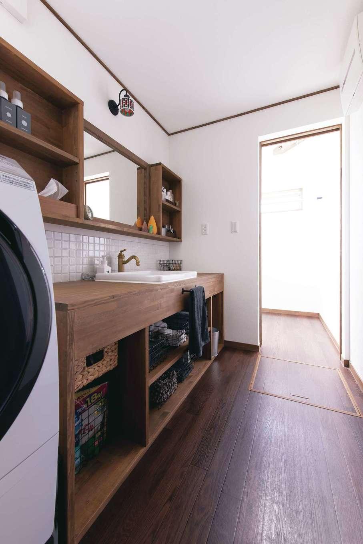 サンルームと繋がる広い洗面脱衣室を確保