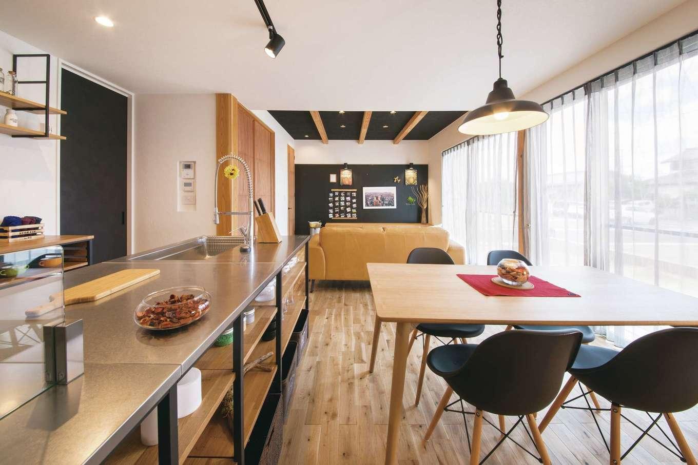 幹工務店【浜松市浜北区油一色176-1・モデルハウス】無垢の床と塗り壁がおりなすナチュラルモダンなLDK。リビングの黒い壁と天井がアイアンのオープンキッチンとベストマッチ。甘さを抑えた斬新な大人の空間を演出