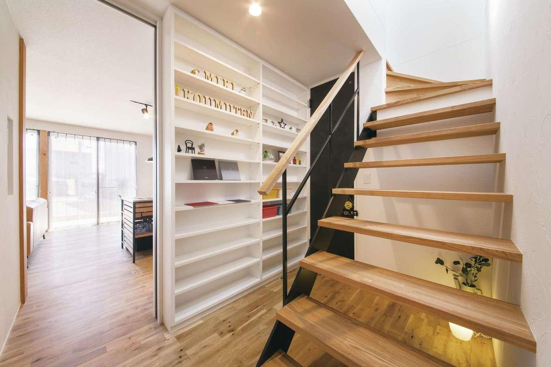 幹工務店【浜松市浜北区油一色176-1・モデルハウス】キッチンの背面に設けた階段。キッチンと同様にアイアンを用い統一感溢れるデザインに。LDKと階段を仕切る壁は収納に利用