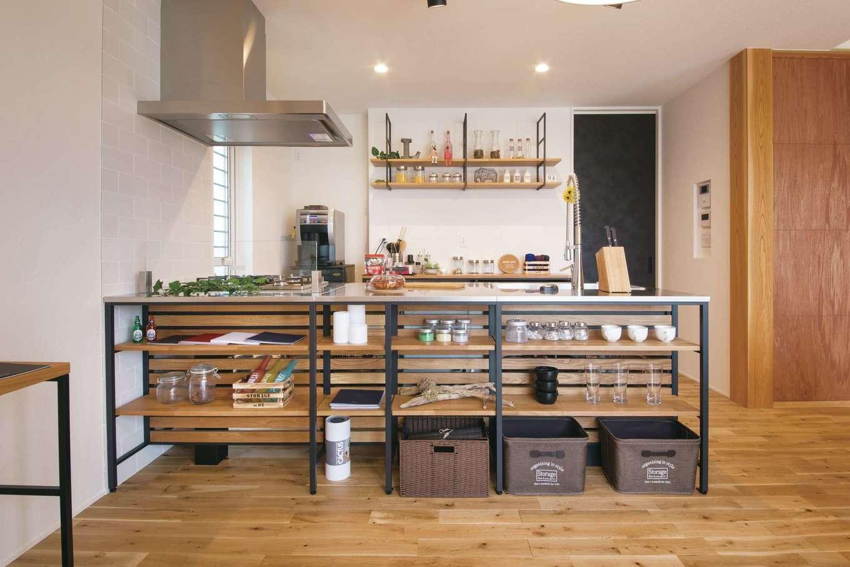 幹工務店【浜松市浜北区油一色176-1・モデルハウス】LDKを引き立てるオープンキッチン。女性だけでなく男性も調理がしたくなるキッチンをイメージし、ステンレスとアイアンでワイルド感をプラス