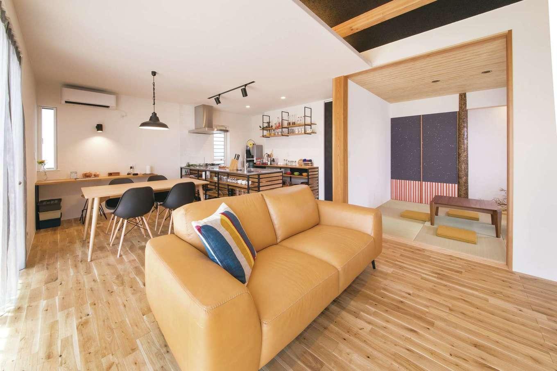 幹工務店【浜松市浜北区油一色176-1・モデルハウス】LDKはオープンなひとつながりの空間。南面にはデッキがある