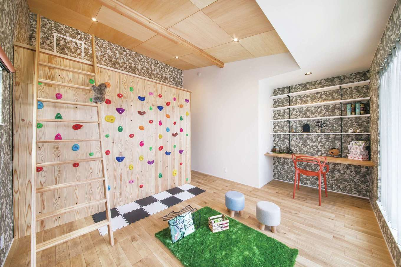 幹工務店【浜松市浜北区油一色176-1・モデルハウス】2階の壁にはボルダリングを設け、ロフトによじ登れるようになっている。遊び場のような空間に子どもたちがワクワク。迷彩柄の大胆なクロス使いも参考になる