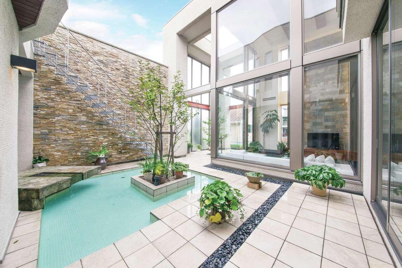 デザインハウス【浜松市南区青屋町400・モデルハウス】中庭には構造と一体になった高さ4mの石積みの壁を設け、外からの視線をカット