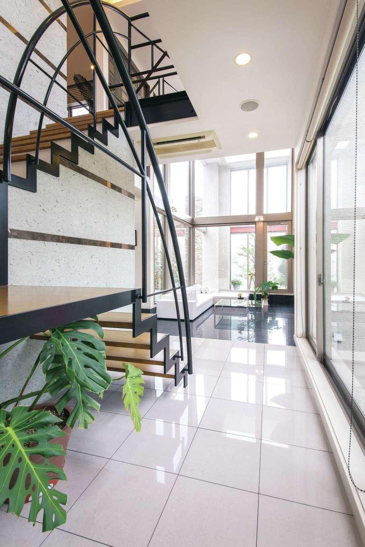 デザインハウス【浜松市南区青屋町400・モデルハウス】奥へと視線が抜け、窓からの光が白色タイルを照らす明るいエントランス