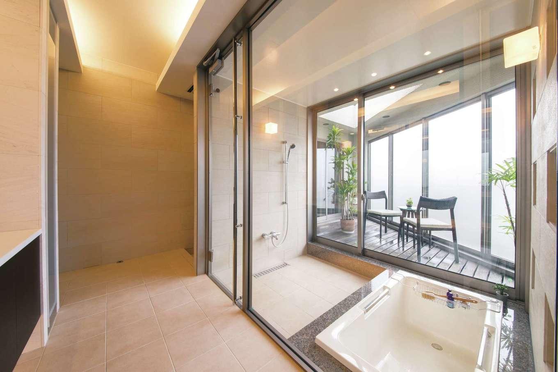 デザインハウス【浜松市南区青屋町400・モデルハウス】浴室の向こうには、寝室とつながるウッドデッキのバスコートがあり、まるでリゾートホテルのようなおしゃれな空間。ガラス張りの空間が、写真手前にある洗面室に光を届ける