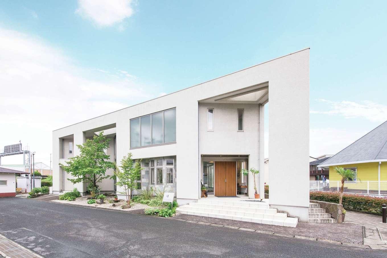 デザインハウス【浜松市南区青屋町400・モデルハウス】小石を混ぜたジョリパッドを粗く櫛引仕上げにしたニュアンスのある外観が、モダンで高級感を漂わせる