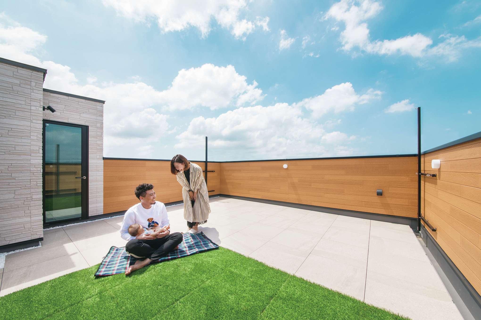 幸和ハウジング【デザイン住宅、屋上バルコニー、インテリア】屋上庭園はご主人たっての希望。「地元の花火を家族と見たり、友人を呼んでバーベキューをするのが楽しみ」