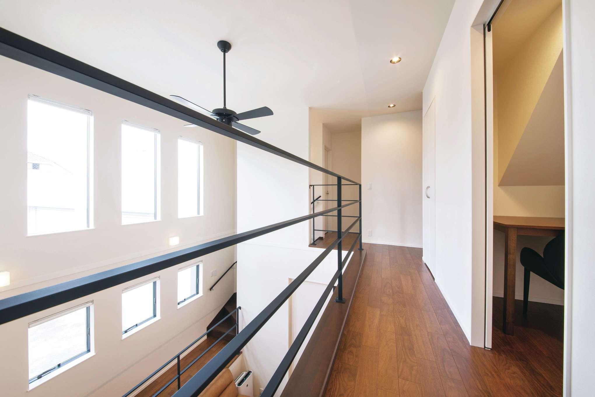 幸和ハウジング【デザイン住宅、屋上バルコニー、インテリア】吹き抜けを通して家族の気配が伝わる。ホールには書斎や収納を完備
