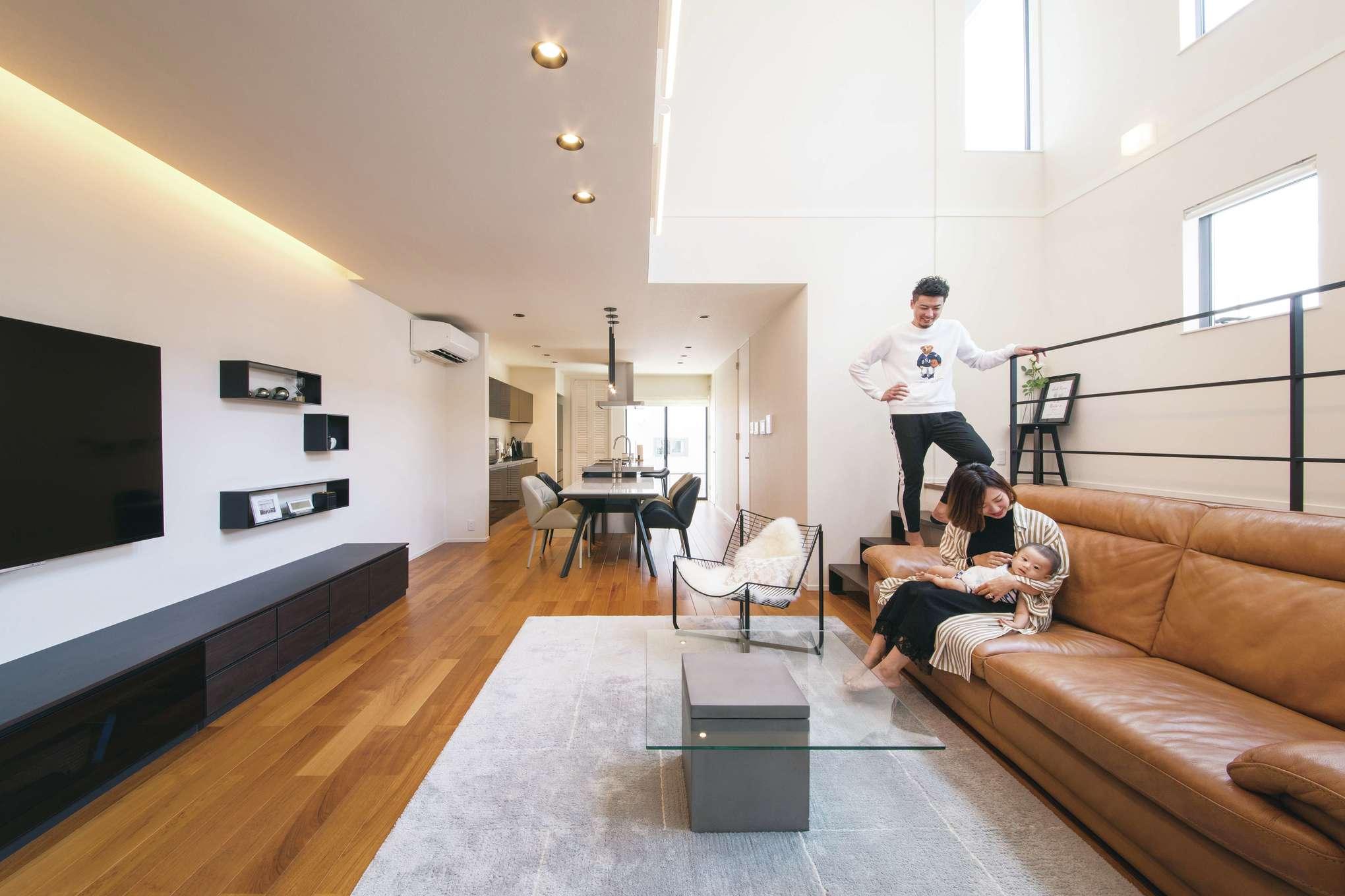 幸和ハウジング【デザイン住宅、屋上バルコニー、インテリア】リビングにスキップフロアがあることで、空間にメリハリと遊び心がプラスされた