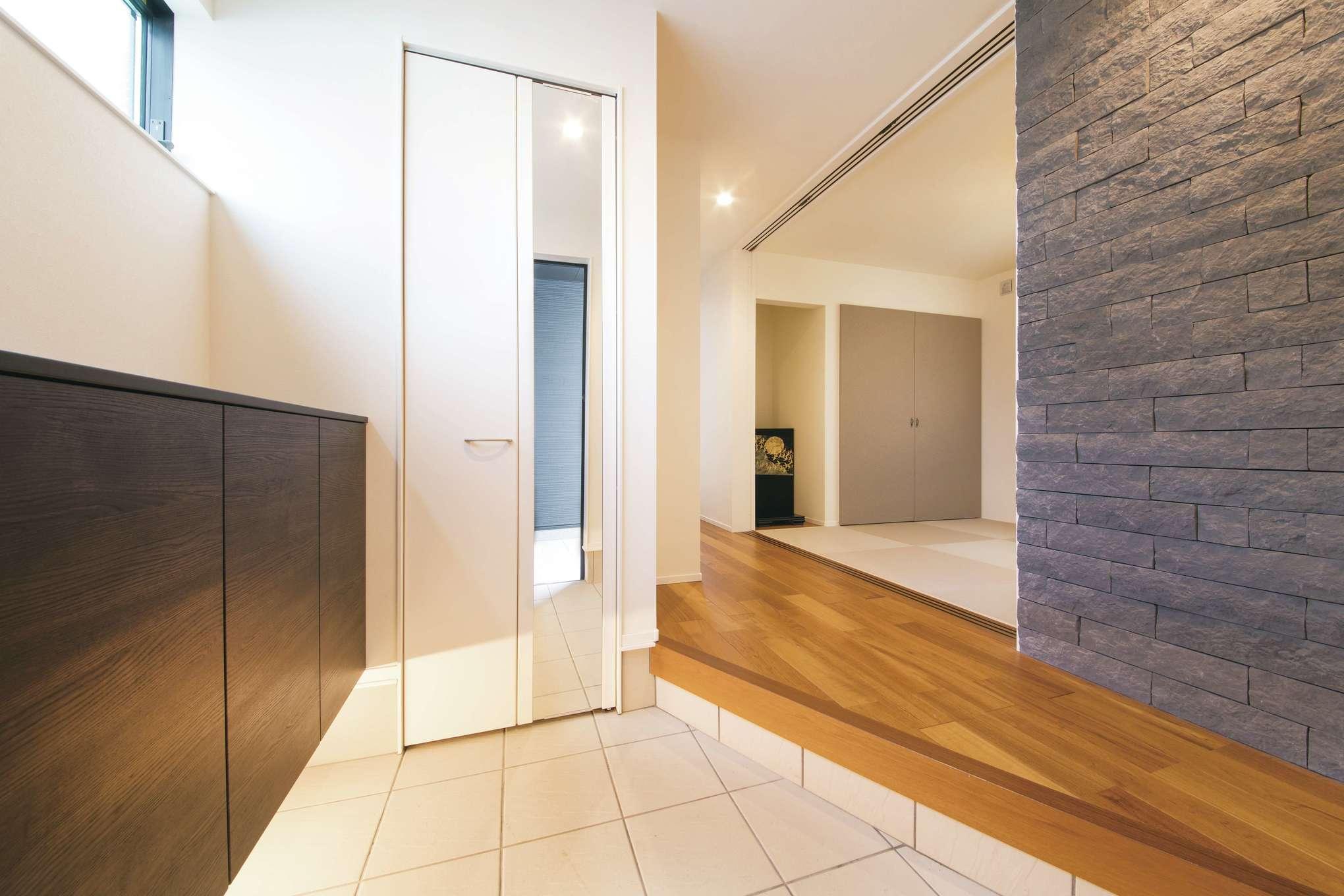 幸和ハウジング【デザイン住宅、屋上バルコニー、インテリア】間接照明と石張りで高級感アップ。和室をホールに取り込み広さを演出