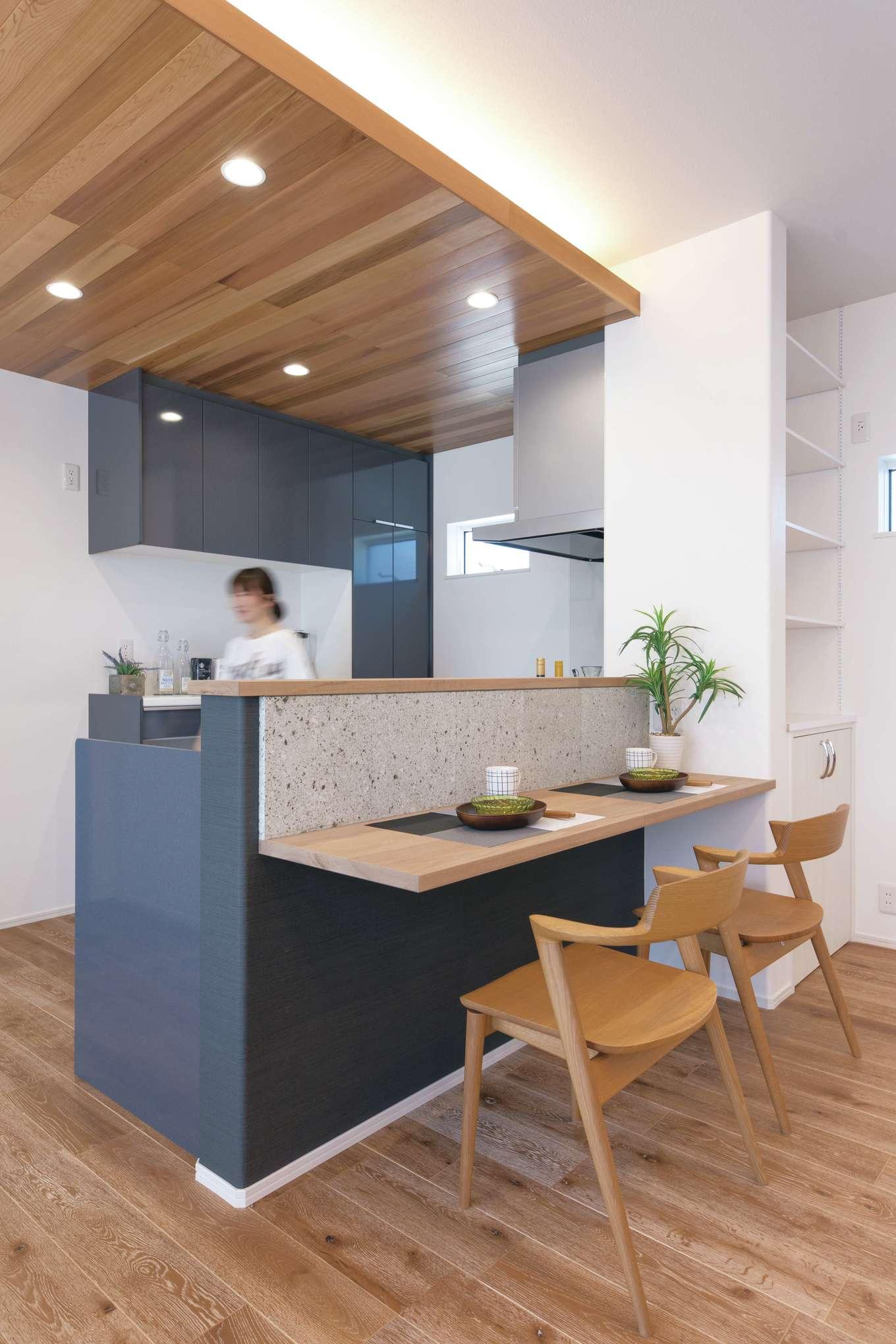 ワンズホーム【デザイン住宅、ペット、平屋】造作のキッチンカウンターにワンポイントで大谷石を貼り、和モダンをプラス