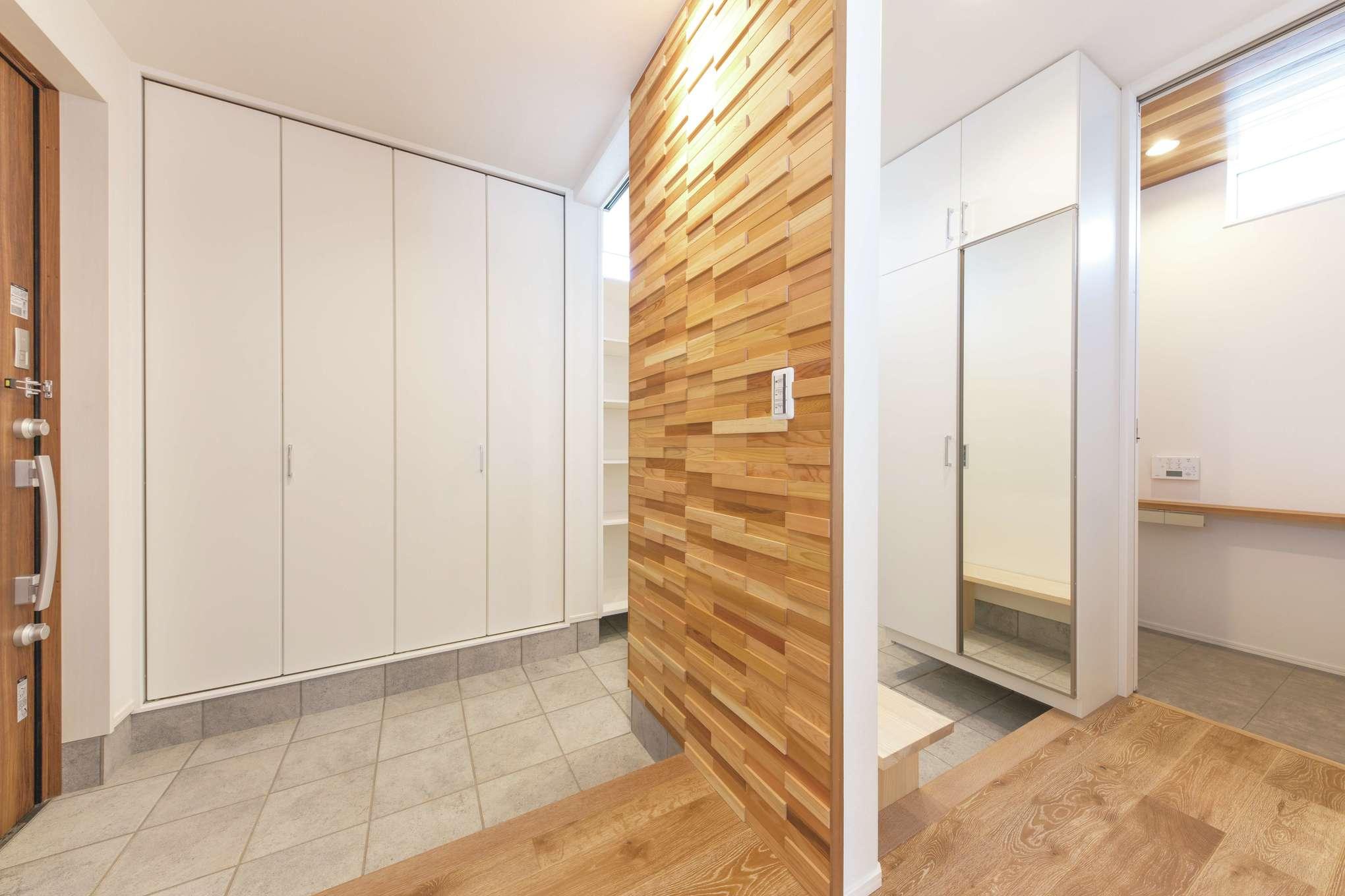 ワンズホーム【デザイン住宅、ペット、平屋】趣味のサーフボードもすっぽり収納できる広い玄関ホール。ウッドモザイクのパネルでアクセントをつけた