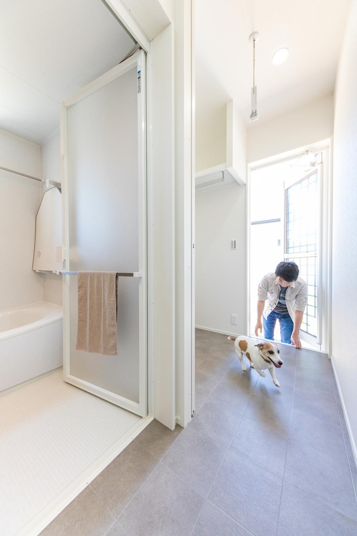 ワンズホーム【デザイン住宅、ペット、平屋】庭で遊んだ後は、そのままお風呂に直行できる