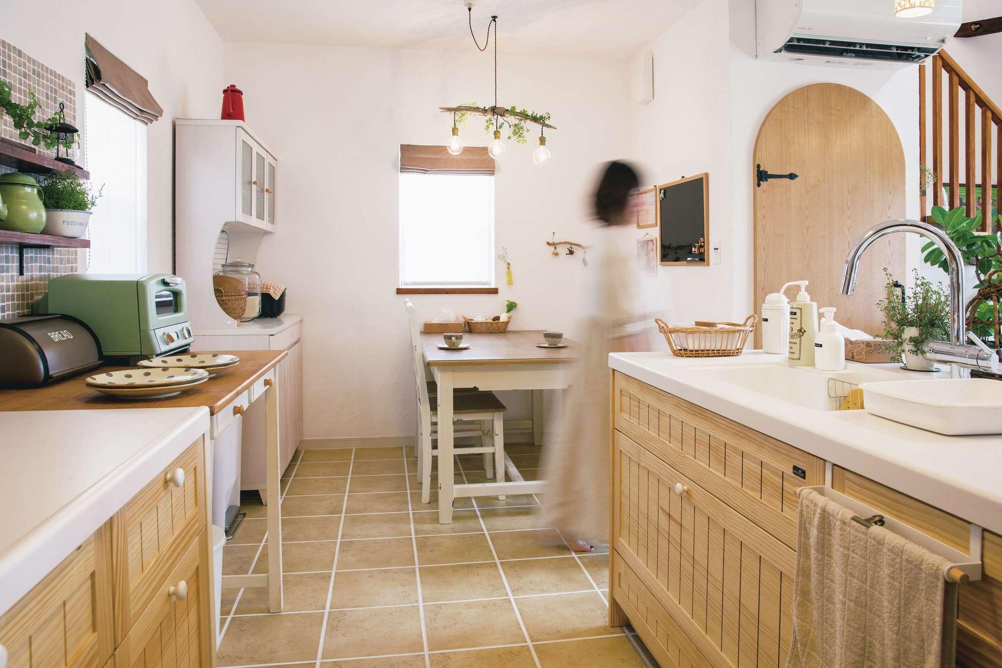 casa carina 浜北(内藤材木店)【デザイン住宅、自然素材、インテリア】カントリー調のキッチンは、タイルの目地を広めにするなど、ディテールまでこだわった