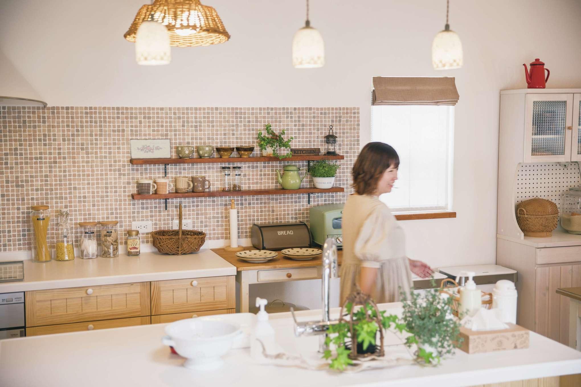 casa carina 浜北(内藤材木店)【デザイン住宅、自然素材、インテリア】カフェスタイルのオープンキッチンは、ママ友からも大好評!