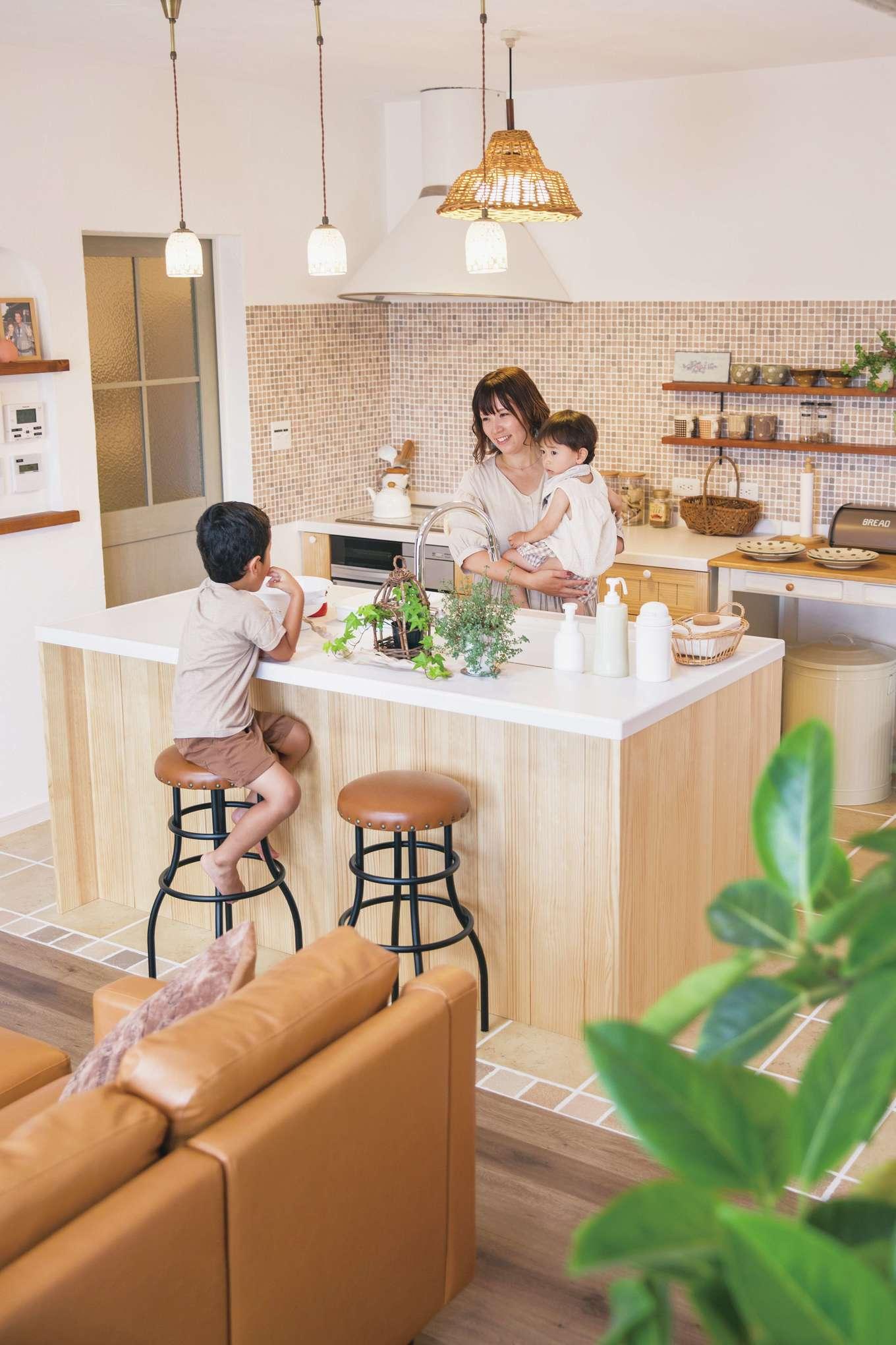 casa carina 浜北(内藤材木店)【デザイン住宅、自然素材、インテリア】コンロとシンクを分けた並列型のキッチン。デザインと機能性を両立し、奥さまの家事効率もUP!