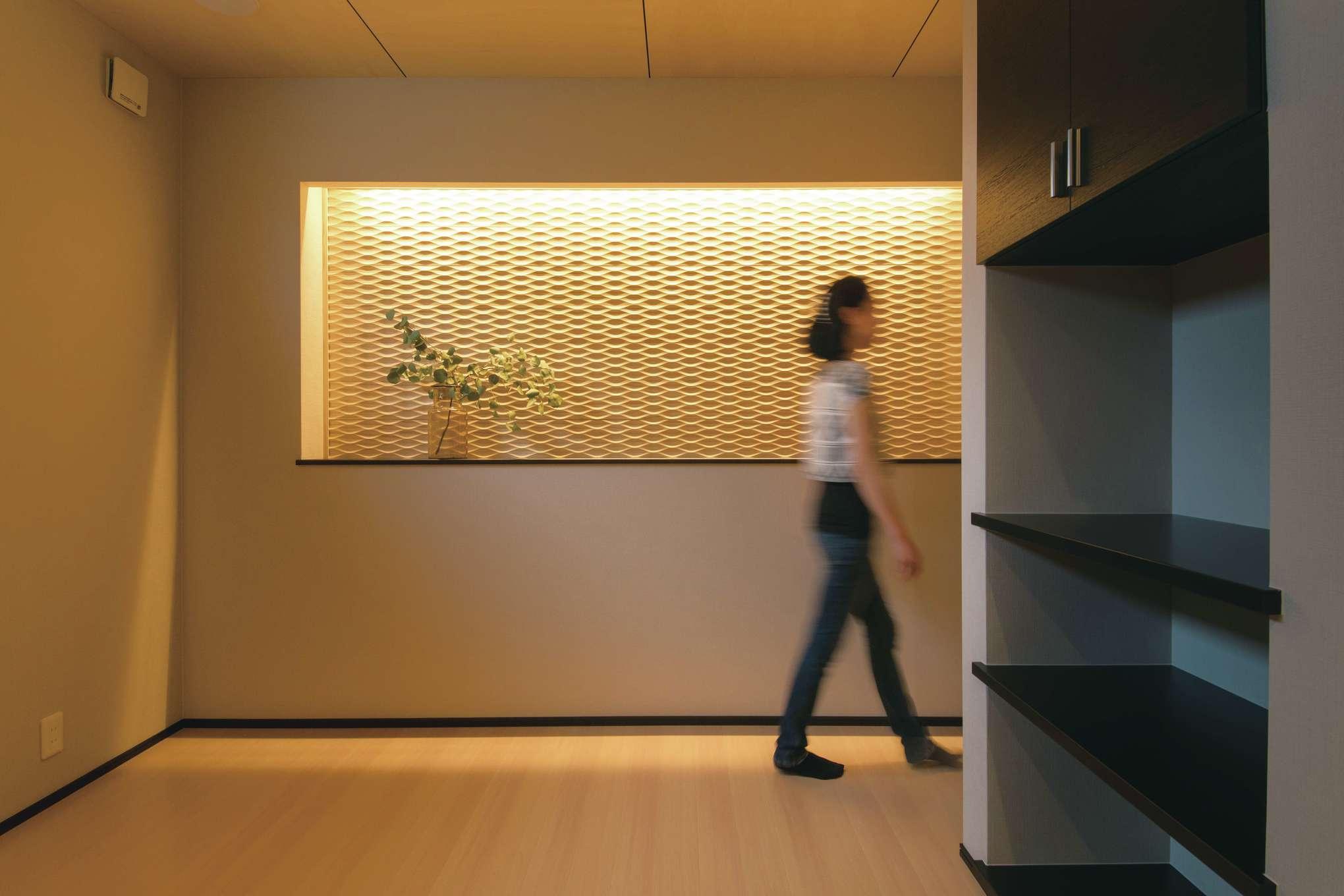コットンハウス【省エネ、間取り、趣味】無垢のパネルの壁に心が安らぐリンパマッサージの施術スペース