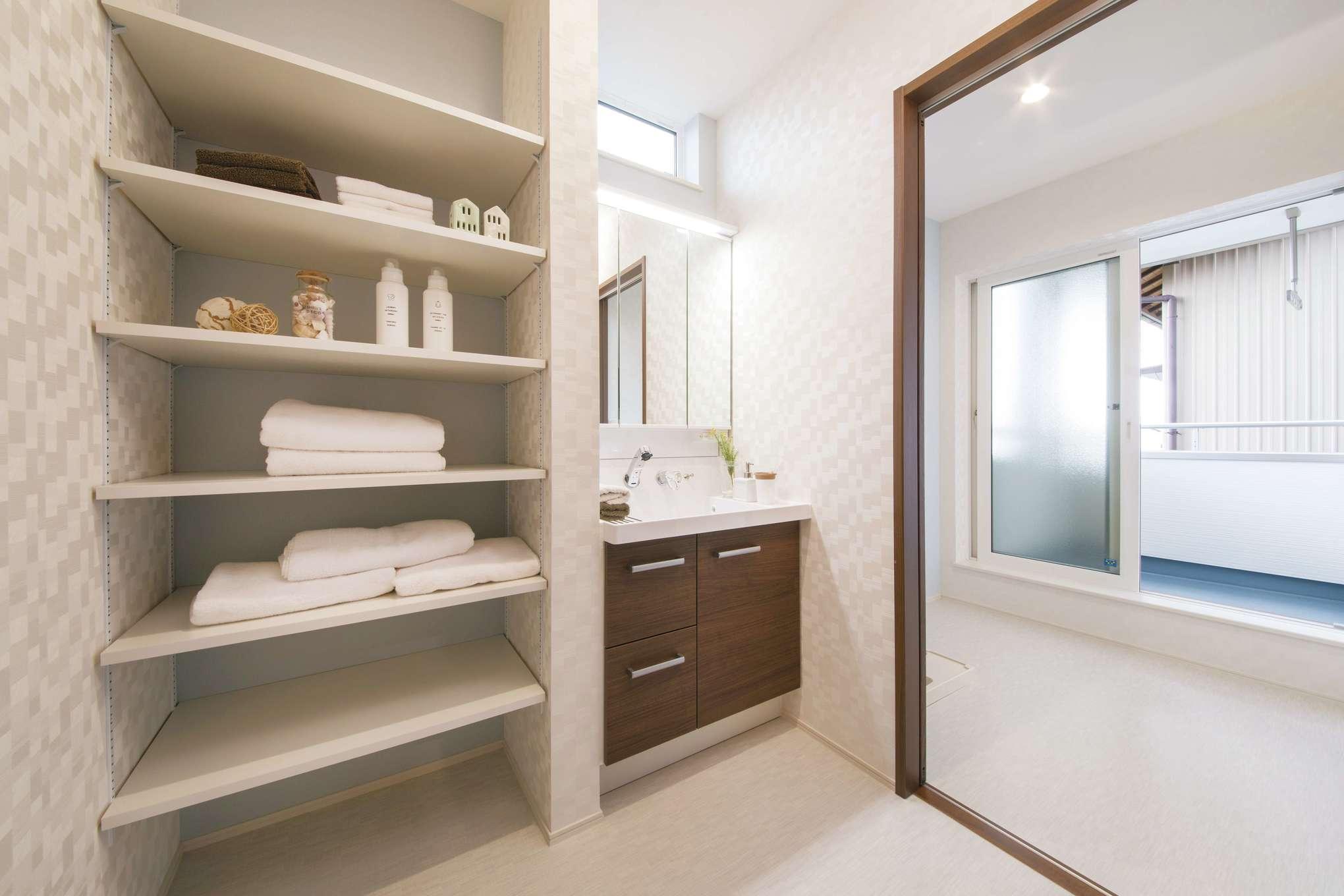 コットンハウス【省エネ、間取り、趣味】2階の洗面・脱衣室には収納をたっぷり設け、室内干しスペースの外に屋根付きバルコニーも設置。洗濯が格段と便利に!